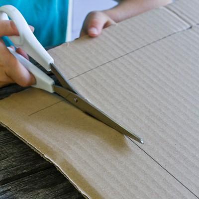 Wellpappe, Löschpapier und Zeitungsbögen zuschneiden
