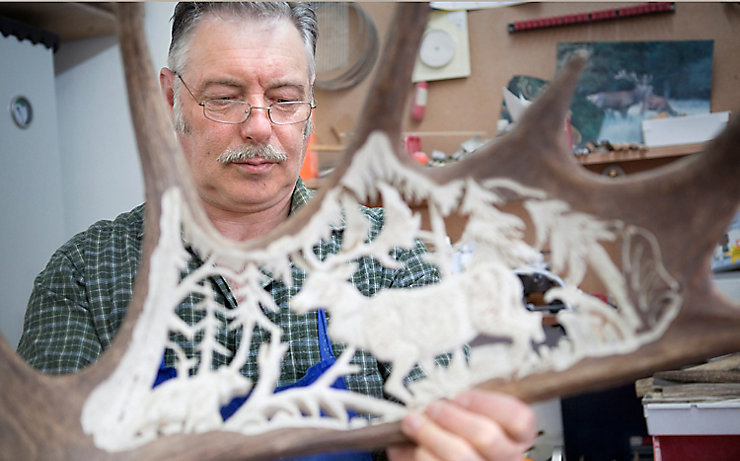 Sigi Stuhlmüller beim Fertigen filigraner Kunstwerke