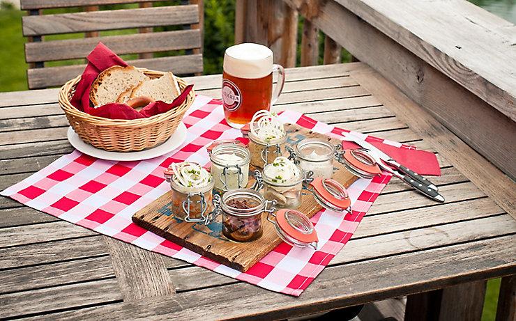 Jause mit Brot und Bier
