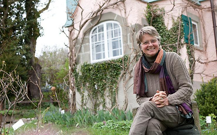 Eva Eberwein vor dem Hermann-Hesse-Haus