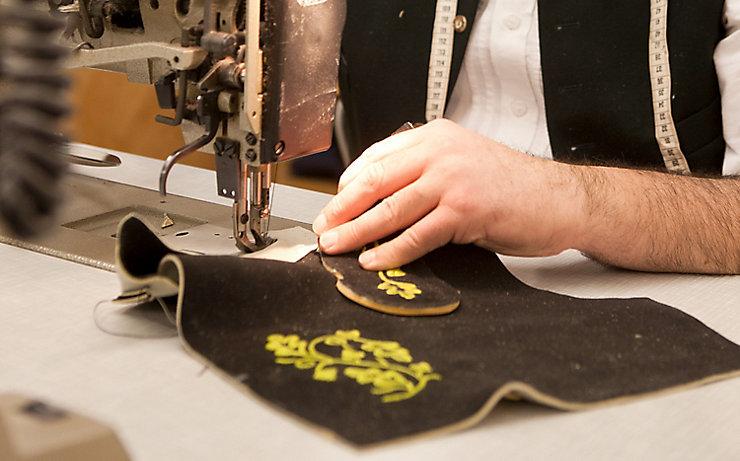 Nähmaschine beim Nähen einer Lederhose