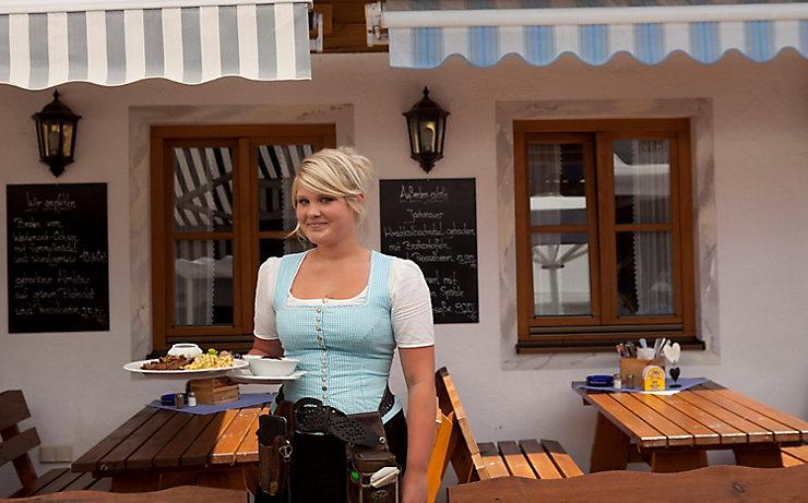 Die fesche Kellnerin Kati vom Schützenhaus.