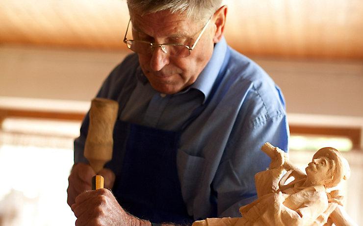 Holzbildhauer Josef Scheifl bei der Arbeit.