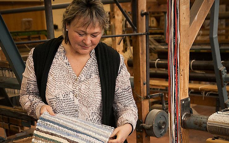 Hannelore Hense auf ihrem Webstuhl.