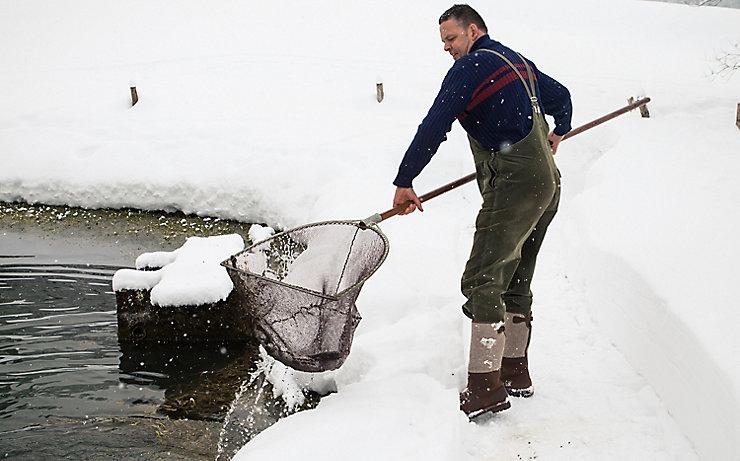 Martin Vögel beim Fischen im Winter.
