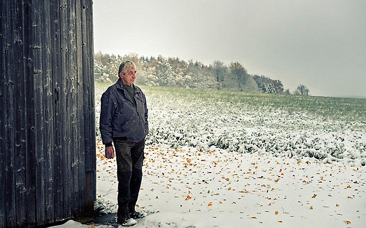 Fritz Schelter vor seiner Scheune.