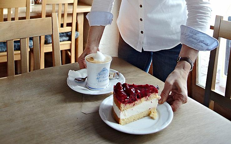 Die perfekte Jause mit Kaffee und Torte.