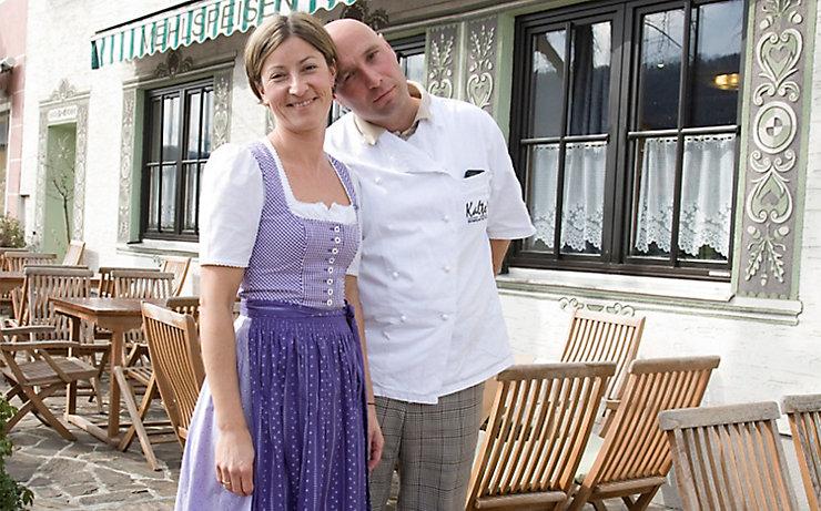 Hubert und Sonja Kalteis vor ihrem Restaurant.