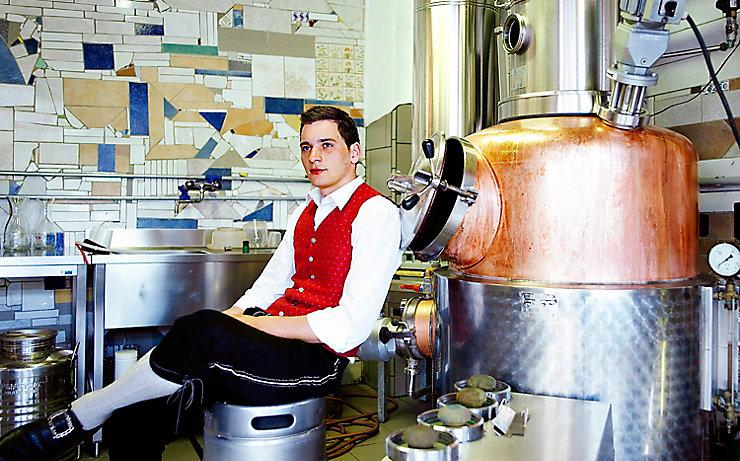 Florian Prückl in seiner Brennerei.