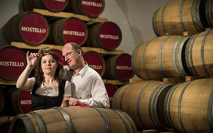 Das Ehepaar Farthofer im Weinkeller.