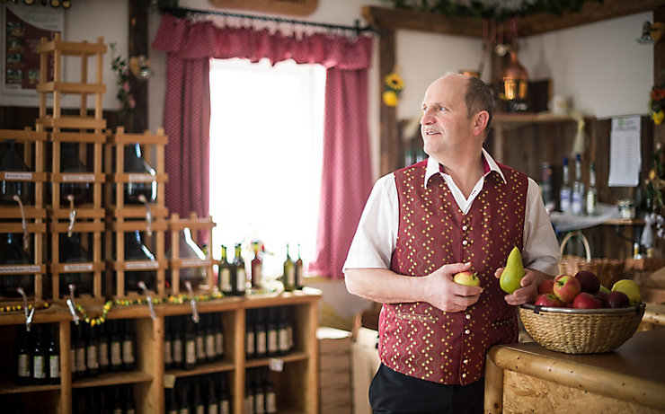 Leopold Reikersdorfer mit einem Korb voll mit frischem Obst.