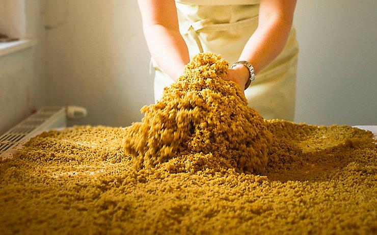Die Zubereitung des Haberkas per Hand.