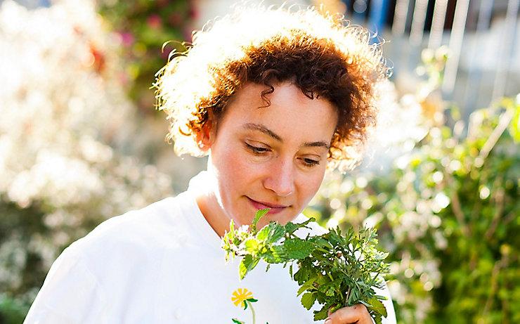 Gerda Stocker mit einem Buschen frisch geschnittener Wildkräuter.