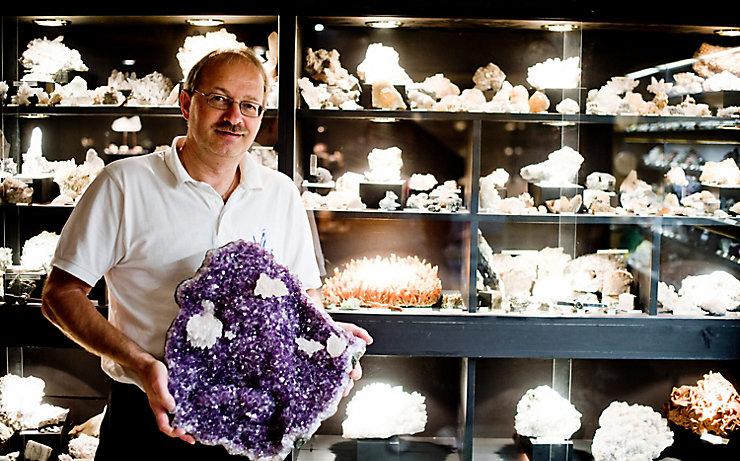 Ernst Spreitzer zeigt ein besonders schönes Exemplar eines Kristalls.