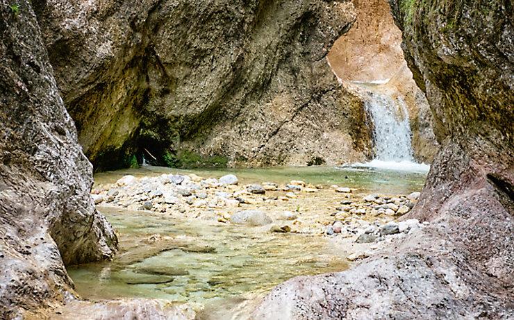 Die Almbachklamm lässt sich auf einem knapp drei Kilometer langen Spaziergang über enge Pfade erkunden.