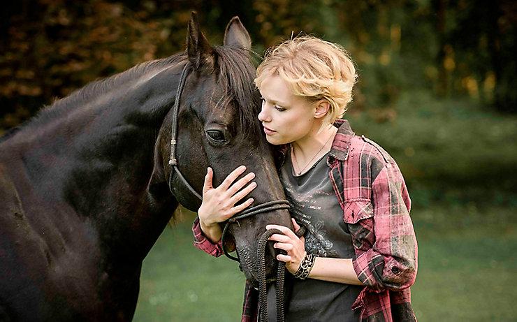 Schauspielerin Julia Richter mit einem Trakehner-Pferd