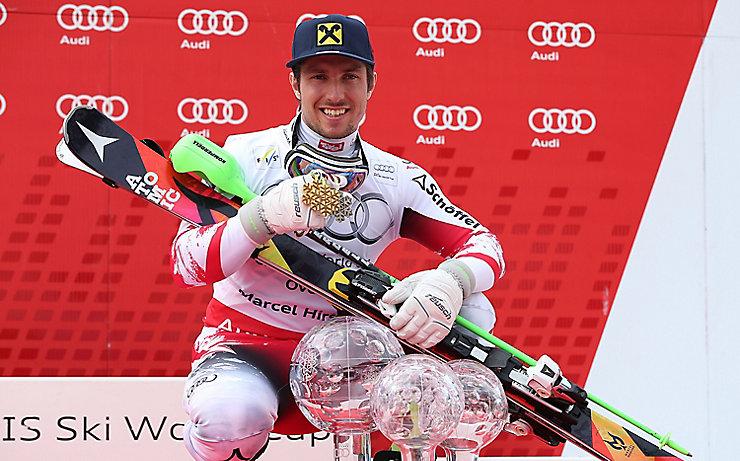 Marcel Hirscher mit all seinen Trophäen aus der Saison 2014/2015.