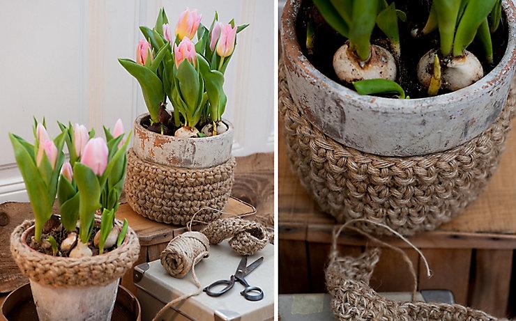 Umhäkelte Töpfe mit Tulpen