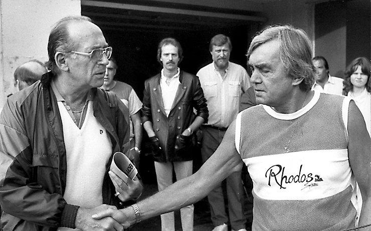Zwei Trainer-Legenden aus Österreich beim Shakehands vor dem Match: Max Merkel (links) und der sommerlich gekleidete Ernst Happel.