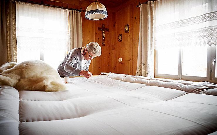 Händisch hergestellte Steppdecke mit Schafwolle gefüllt.