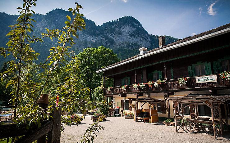 Die Schutzhütte Schöne Aussicht in Südtirol trumpft mit einem beheizten Außenpool und einem schwedischen Saunahaus auf.
