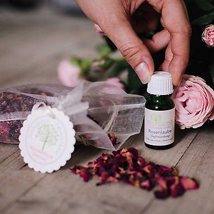 Duftset mit Rosenblüten und Öl