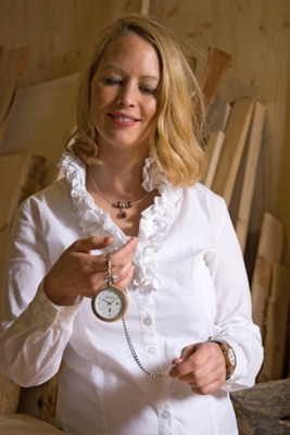 Damenuhr aus Elsbeerenholz