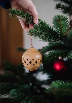 Weihnachtskugel Lochschnitzerei